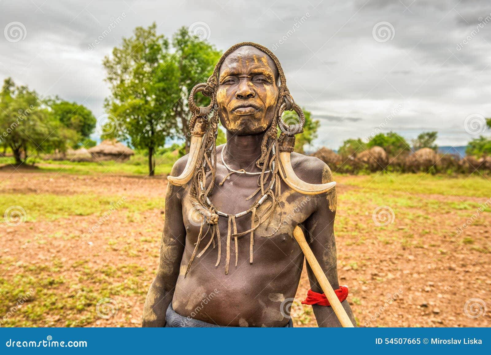 Guerrier de la tribu africaine Mursi, Ethiopie