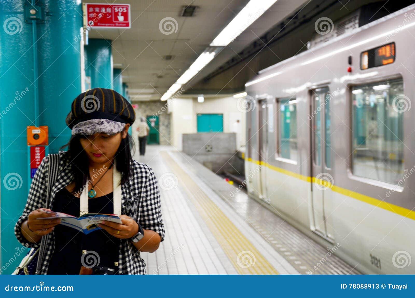 Guia tailandês da leitura da mulher do viajante para a cidade de Nara do  curso em c5739609ce
