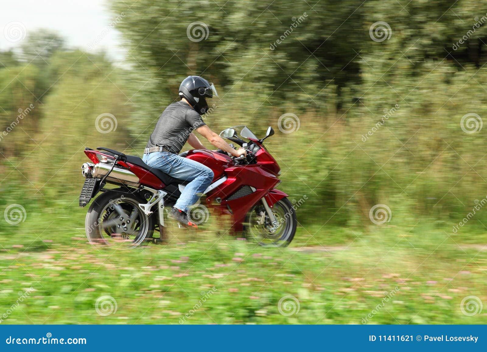 Guida del motociclista sulla strada campestre