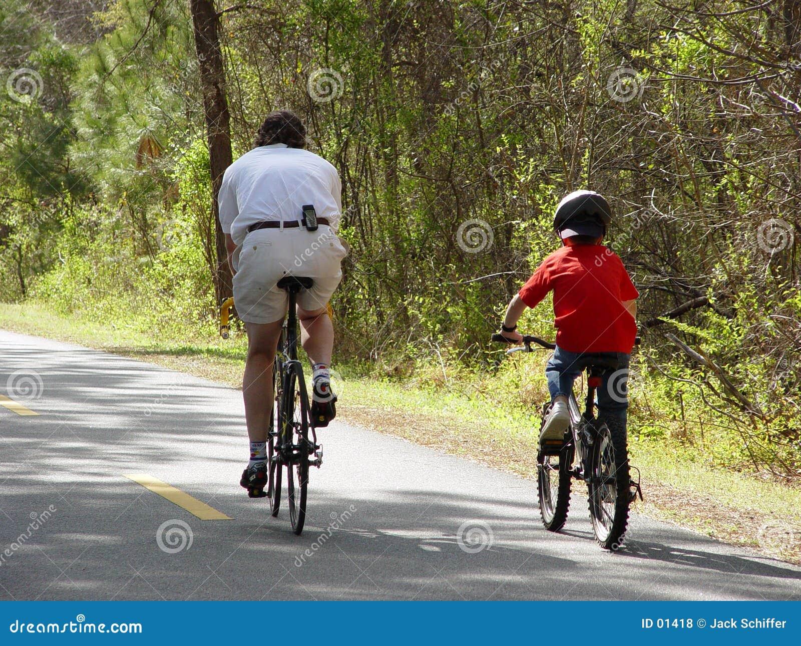 Guida della bicicletta della famiglia
