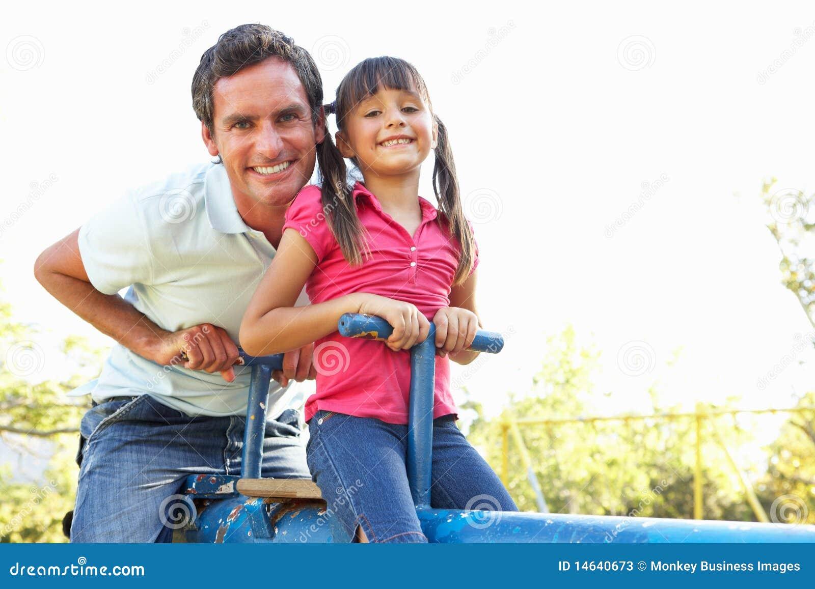 Guida della figlia e del padre sul movimento alternato in Playgroun