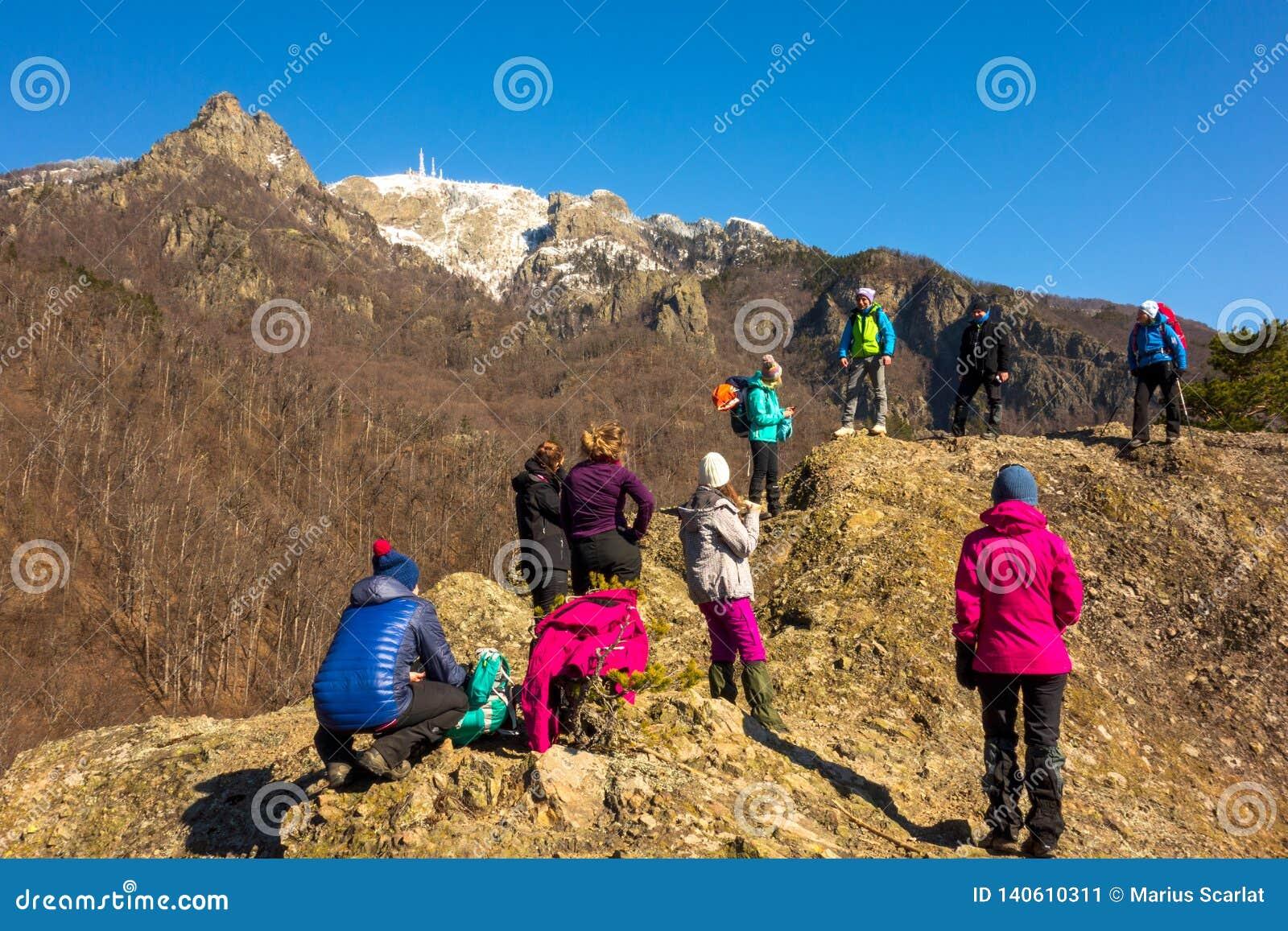 Guida della montagna che parla con gruppo di alpinisti