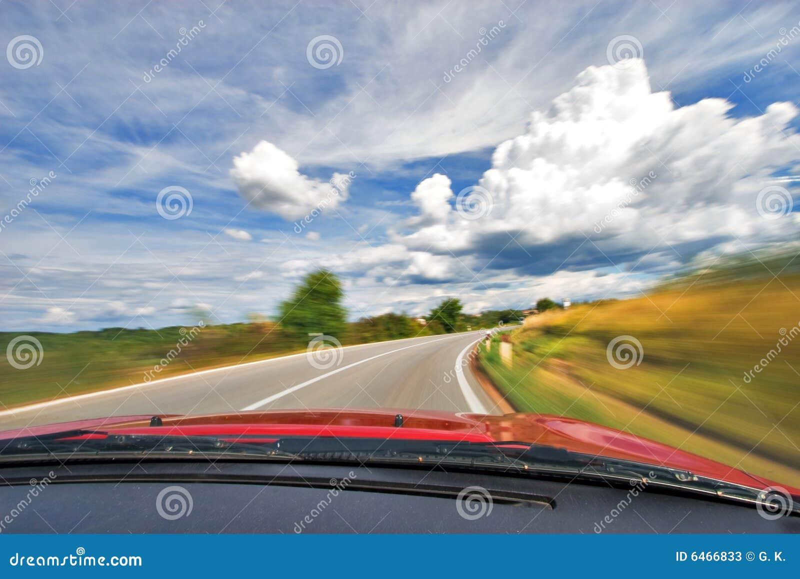 Guida di veicoli di velocità nella curva sull autostrada senza pedaggio della natura