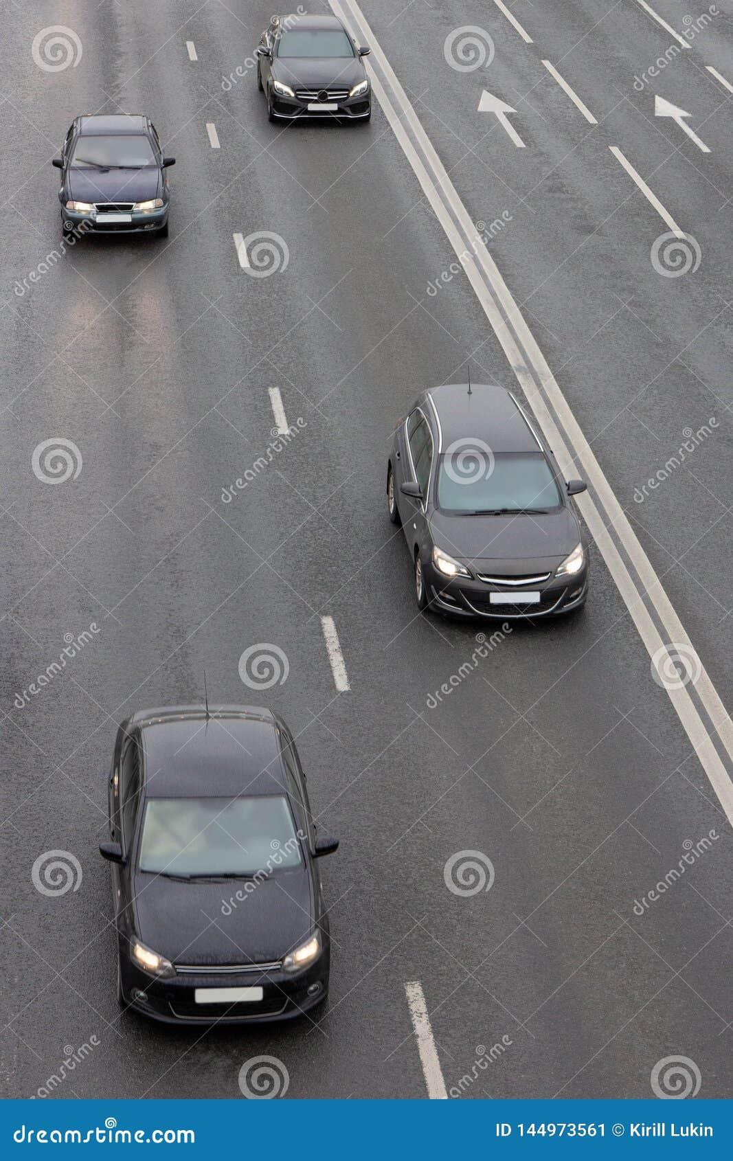 Guida di veicoli nera sulla strada principale