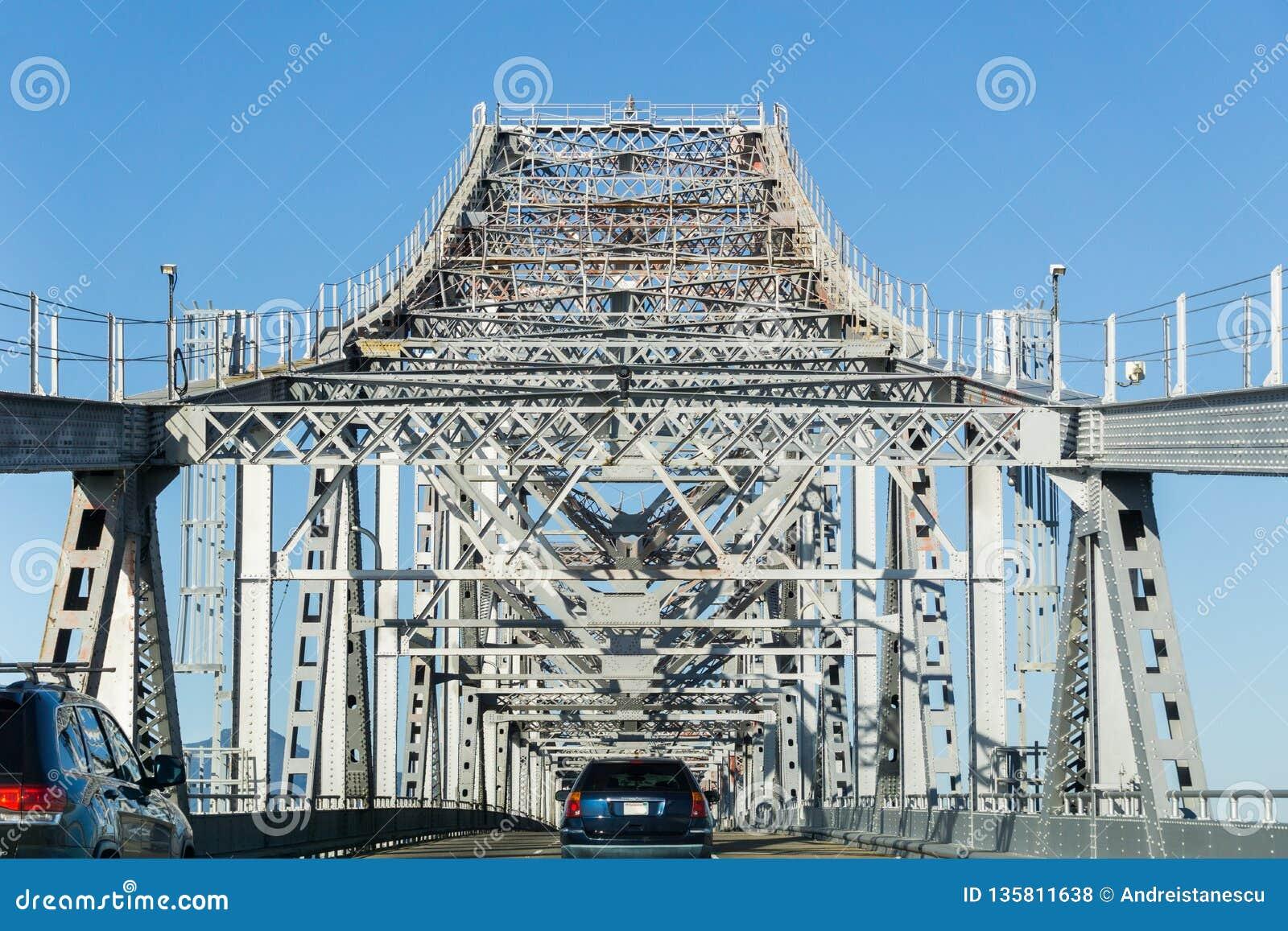 Guidando sul ponte John F di San Rafael - di Richmond Ponte commemorativo un giorno soleggiato, San Francisco Bay, California di