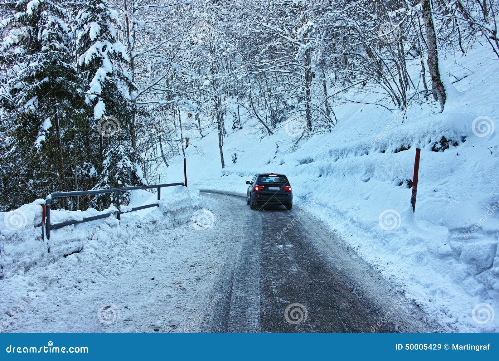 Guidando sulla strada sdrucciolevole in neve
