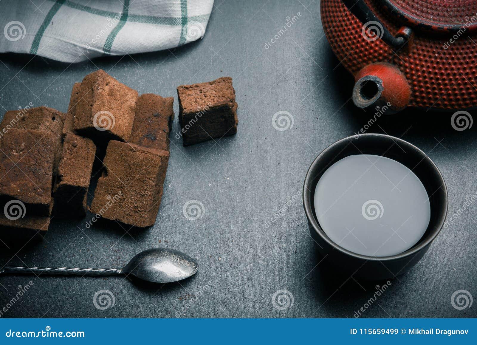 Guimauves de chocolat avec des épices sur le bureau noir r image