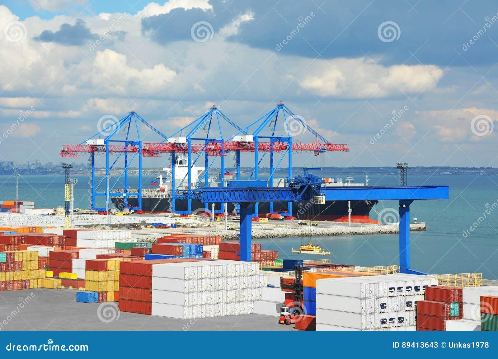 Guindaste, navio e recipiente da carga do porto