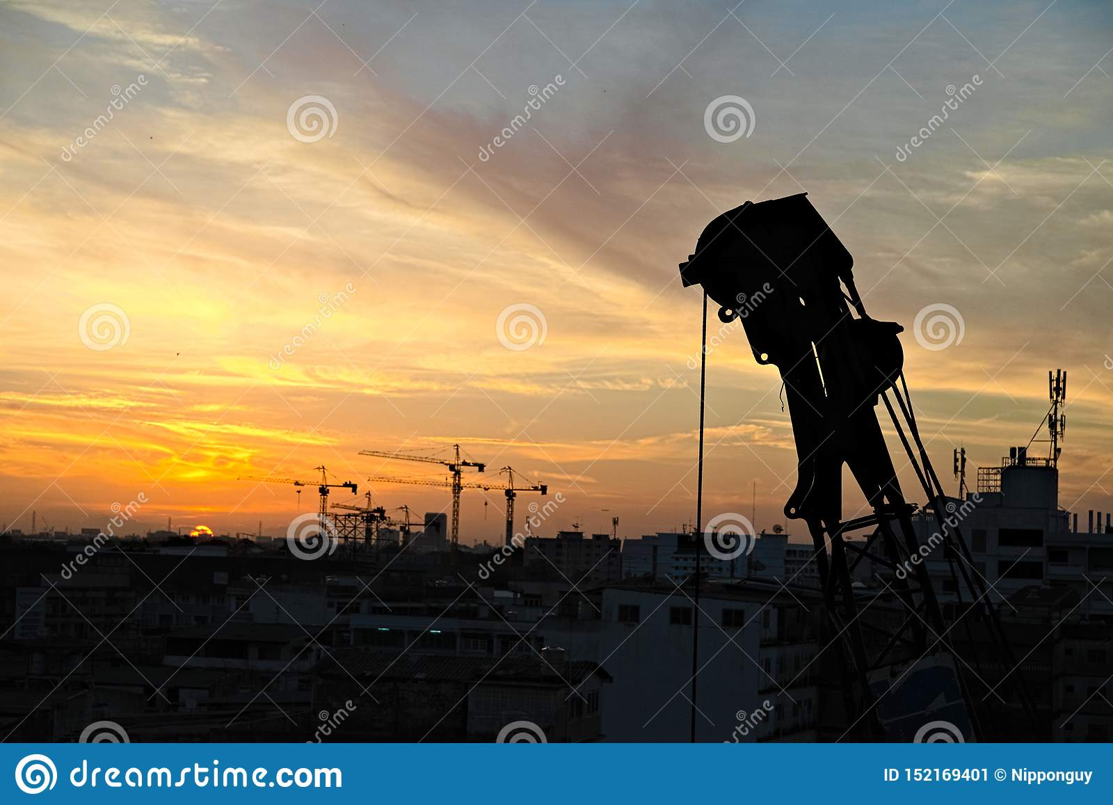 Guindaste pronto para trabalhar após o nascer do sol