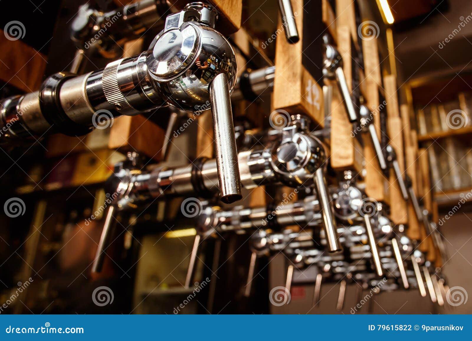 Guindastes da cerveja na barra