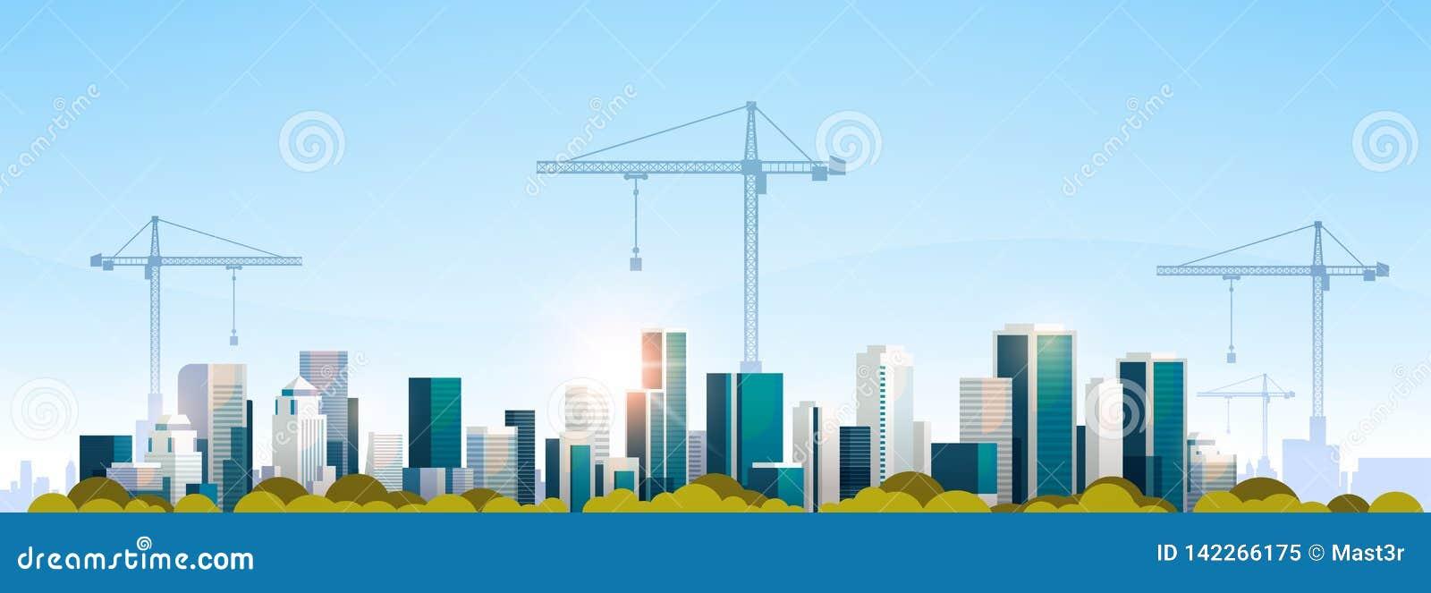 Guindastes de torre modernos do canteiro de obras da cidade que constroem o plano do fundo da skyline do por do sol da arquitetur