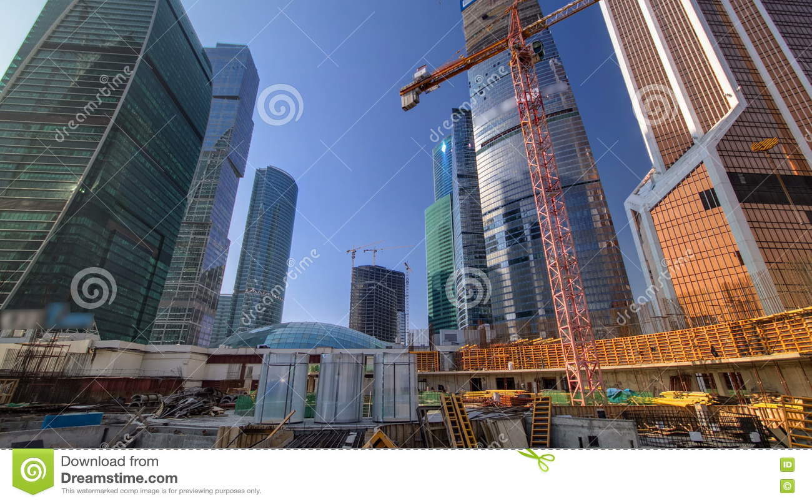 Guindastes de torre no canteiro de obras antes do timelapse dos arranha-céus Moscovo, Rússia vídeos de arquivo