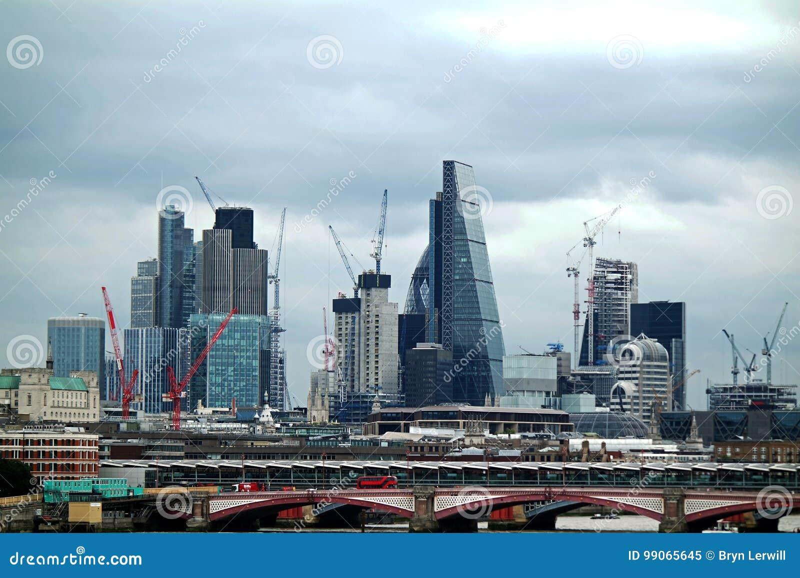 Guindastes de torre que constroem Londres