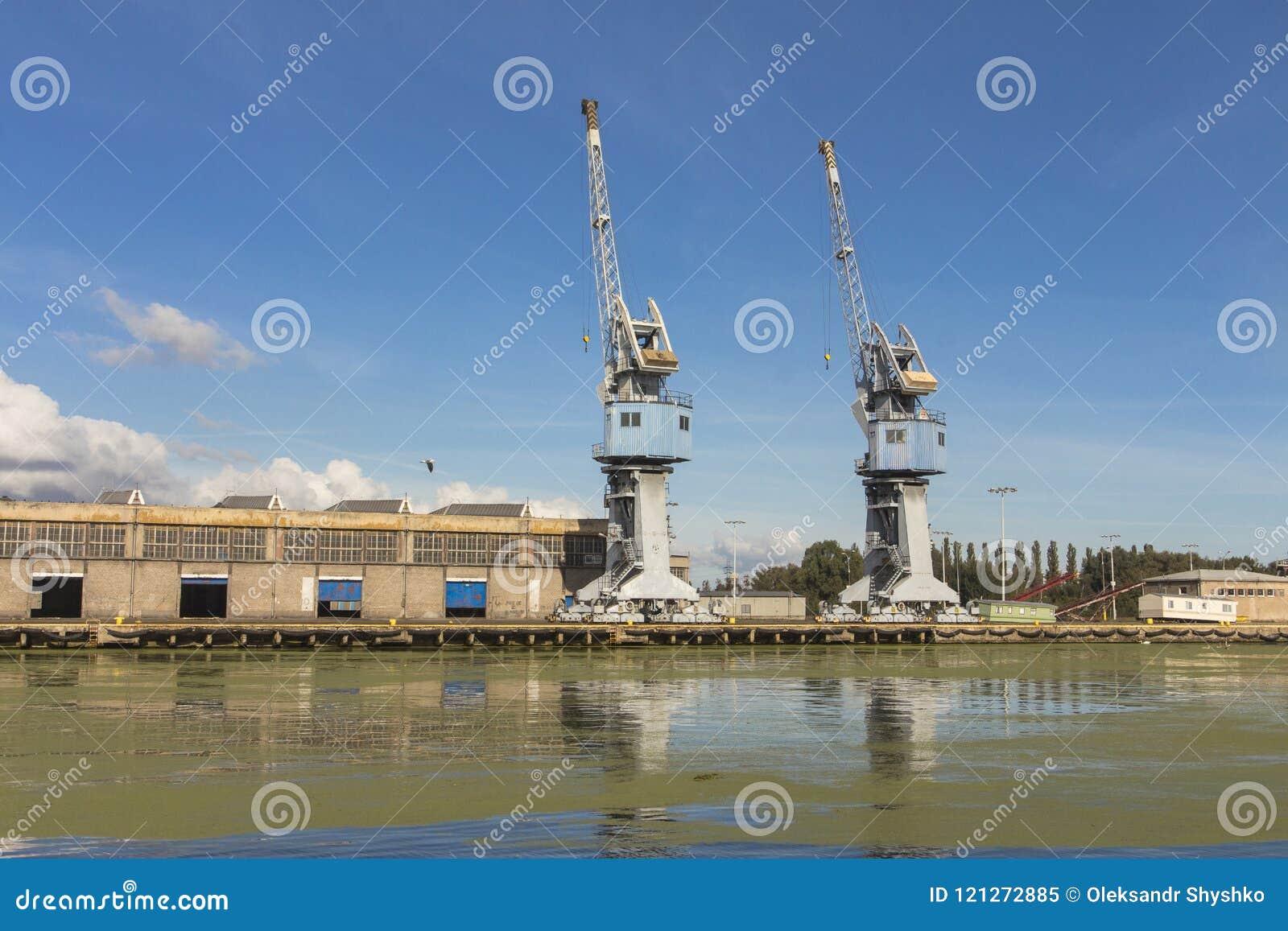 Guindastes do porto em Gdansk poland