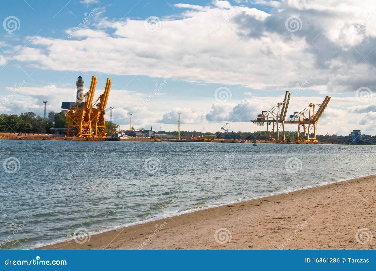 Guindastes no porto
