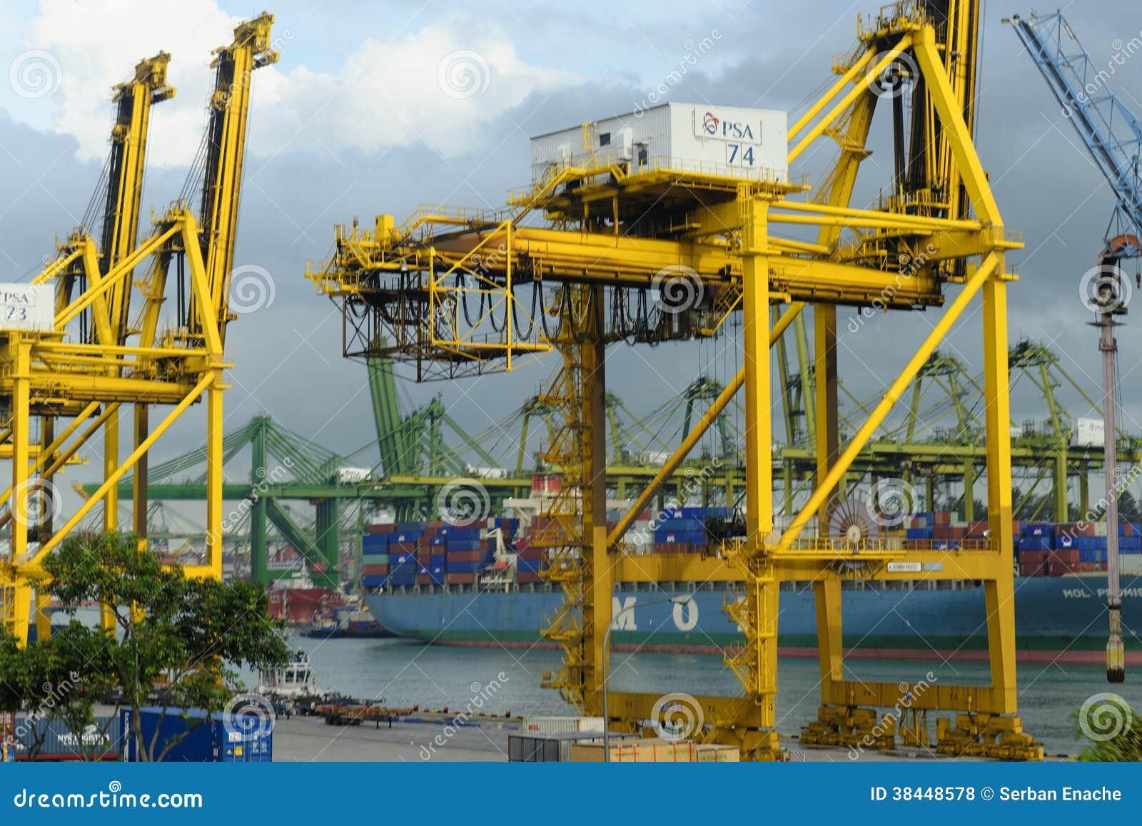 Guindastes no porto de Singapura