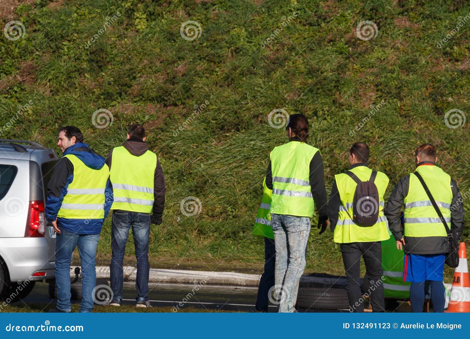 Guipavas, França - 24 de novembro de 2018: Os demonstradores chamaram vestes amarelas