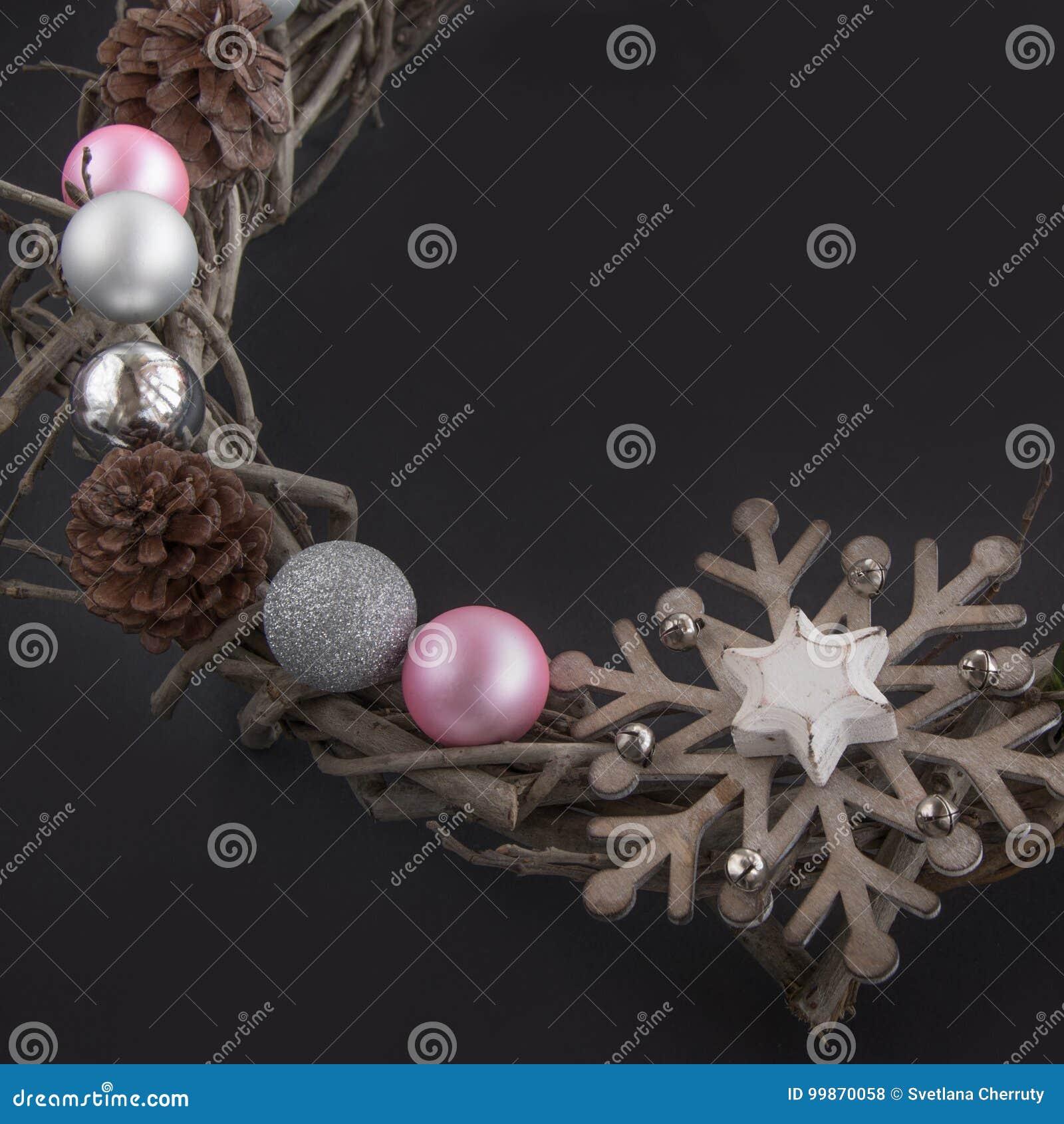 guirlande de noël de branche en bois avec la décoration sur un fond