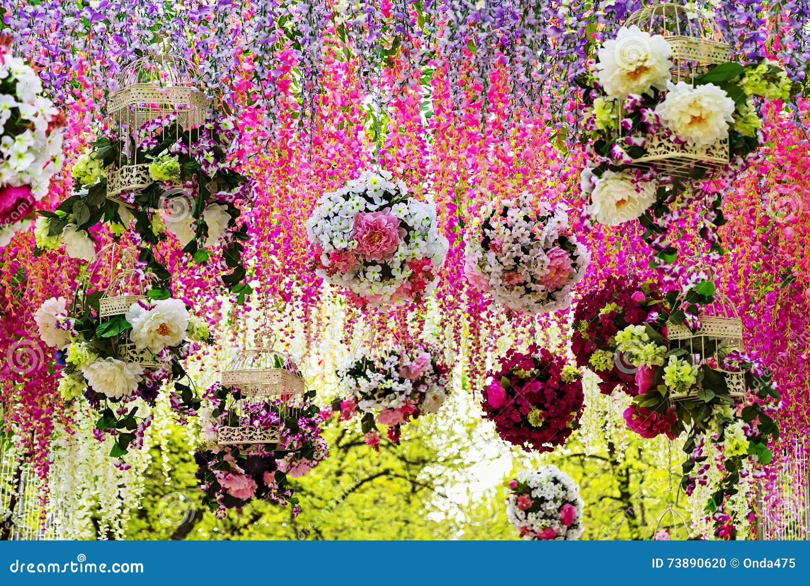 guirlandes de fleur des roses et de la glycine multicolores photo