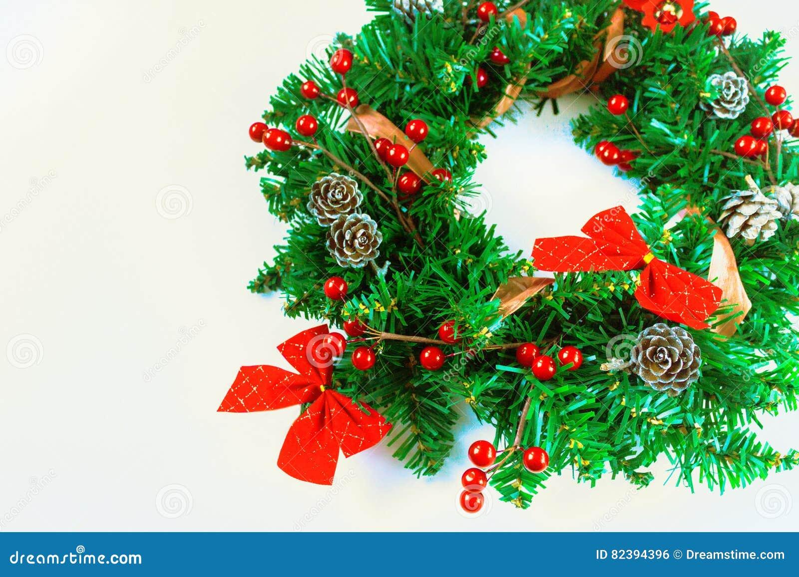 Guirnalda de la navidad en el fondo blanco foto de archivo - Guirnalda de navidad ...
