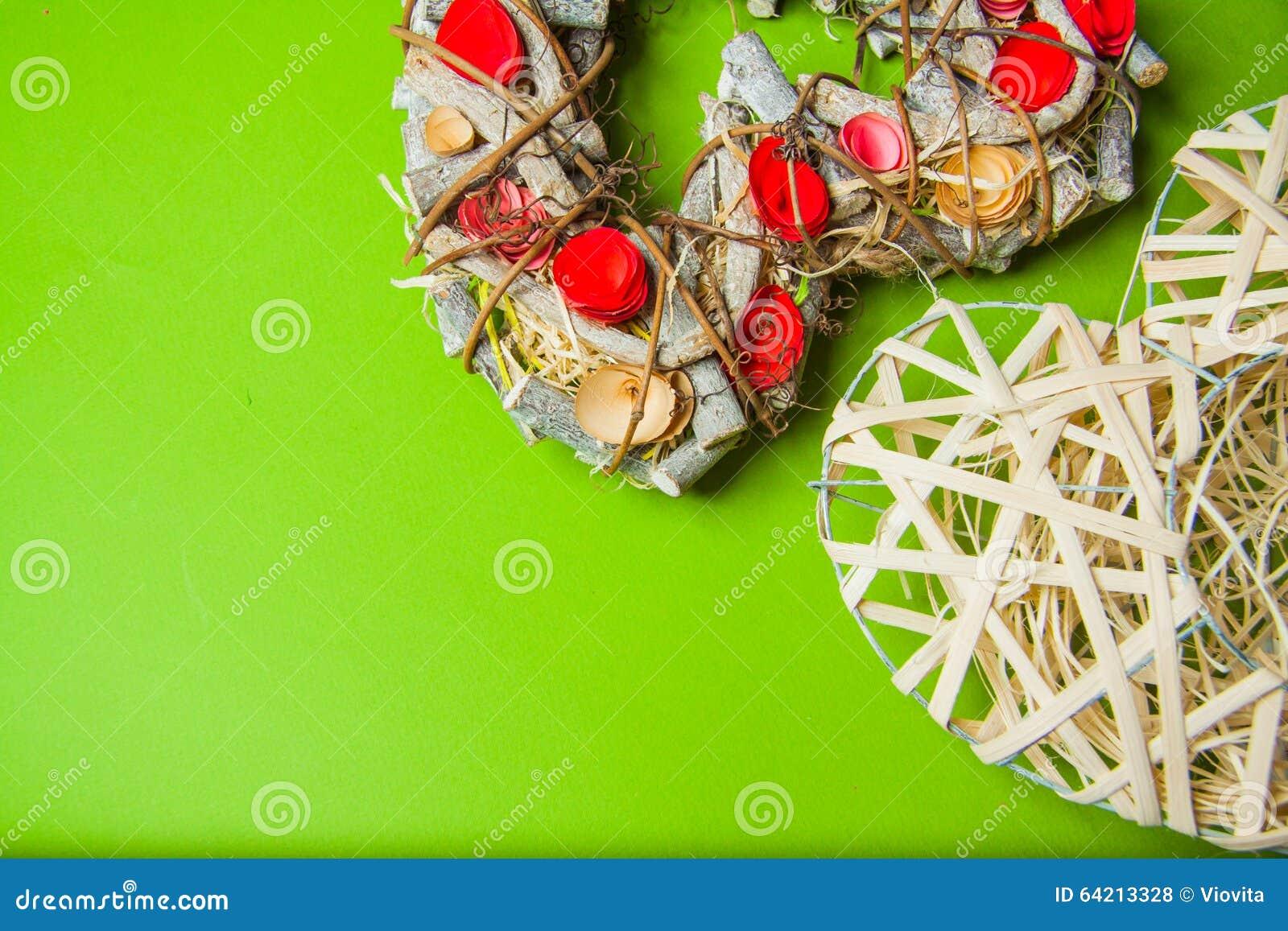 Guirnalda hecha a mano de madera en una forma del corazón