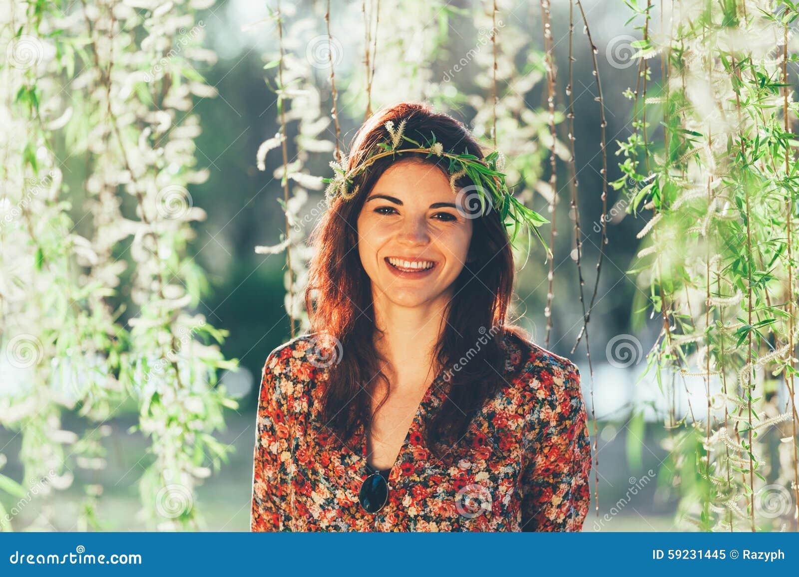 Download Guirnalda Magnífica Joven De Las Ramas Del Wioth De La Mujer Imagen de archivo - Imagen de contemplating, diversión: 59231445