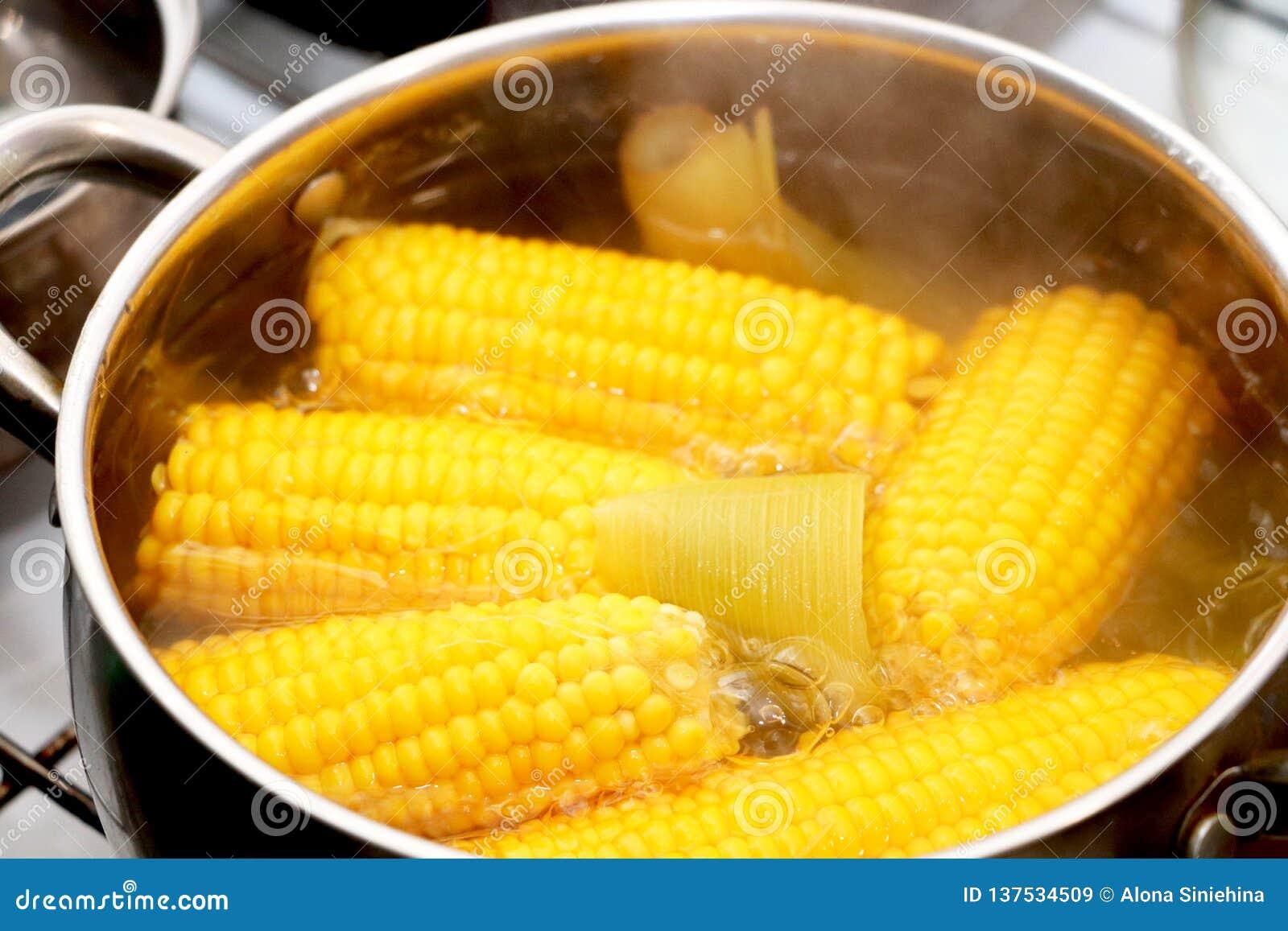Guisado amarelo do milho em uma caçarola Jantar Flavored
