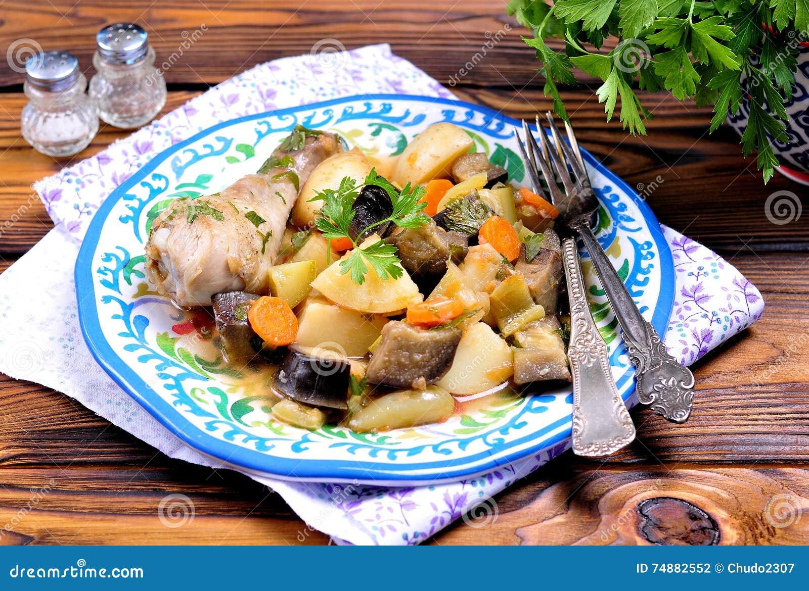 Guisado de galinha com vegetais, batatas, beringela, abobrinha, cebolas, cenouras, tomates, alho e salsa