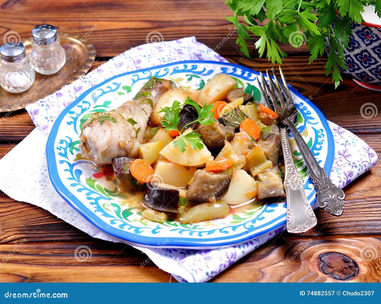 Guisado vegetal da beringela, do abobrinha, das cebolas, das cenouras, dos tomates, do alho e da salsa