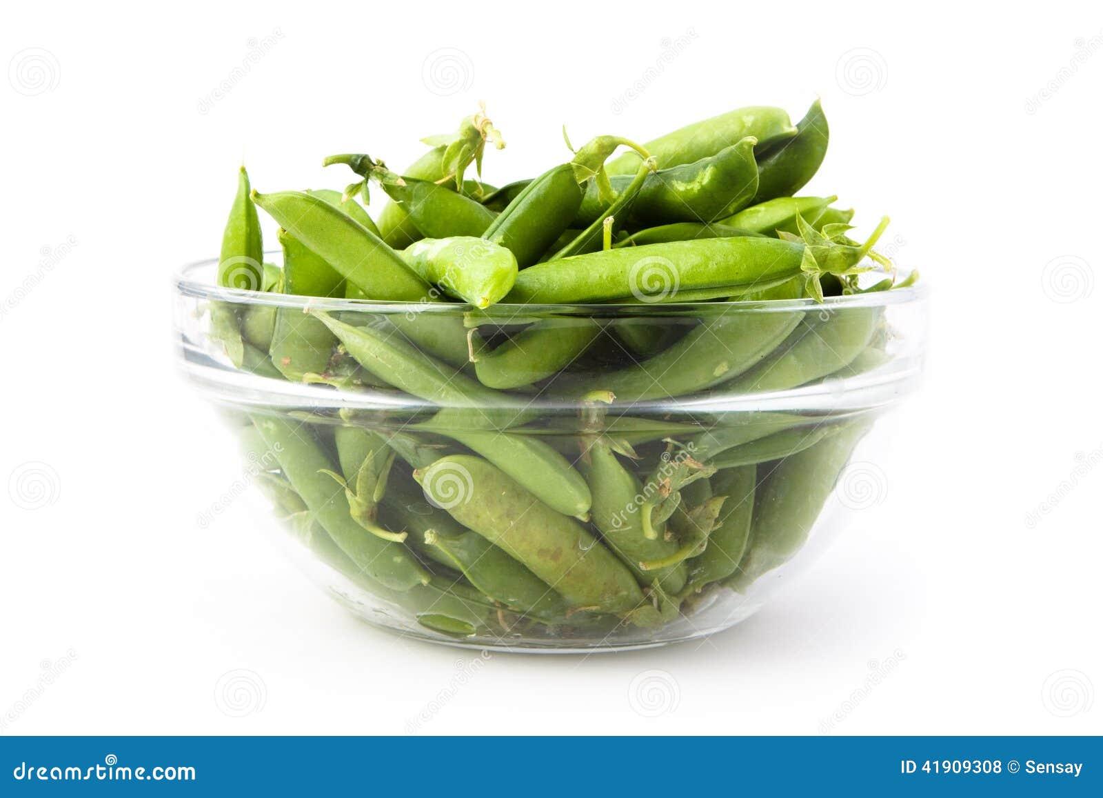 Guisantes verdes frescos en una placa
