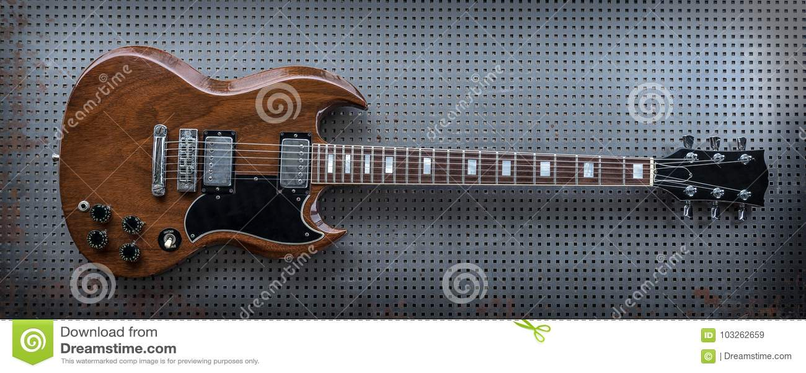 Guitare électrique de Brown sur le fond en métal