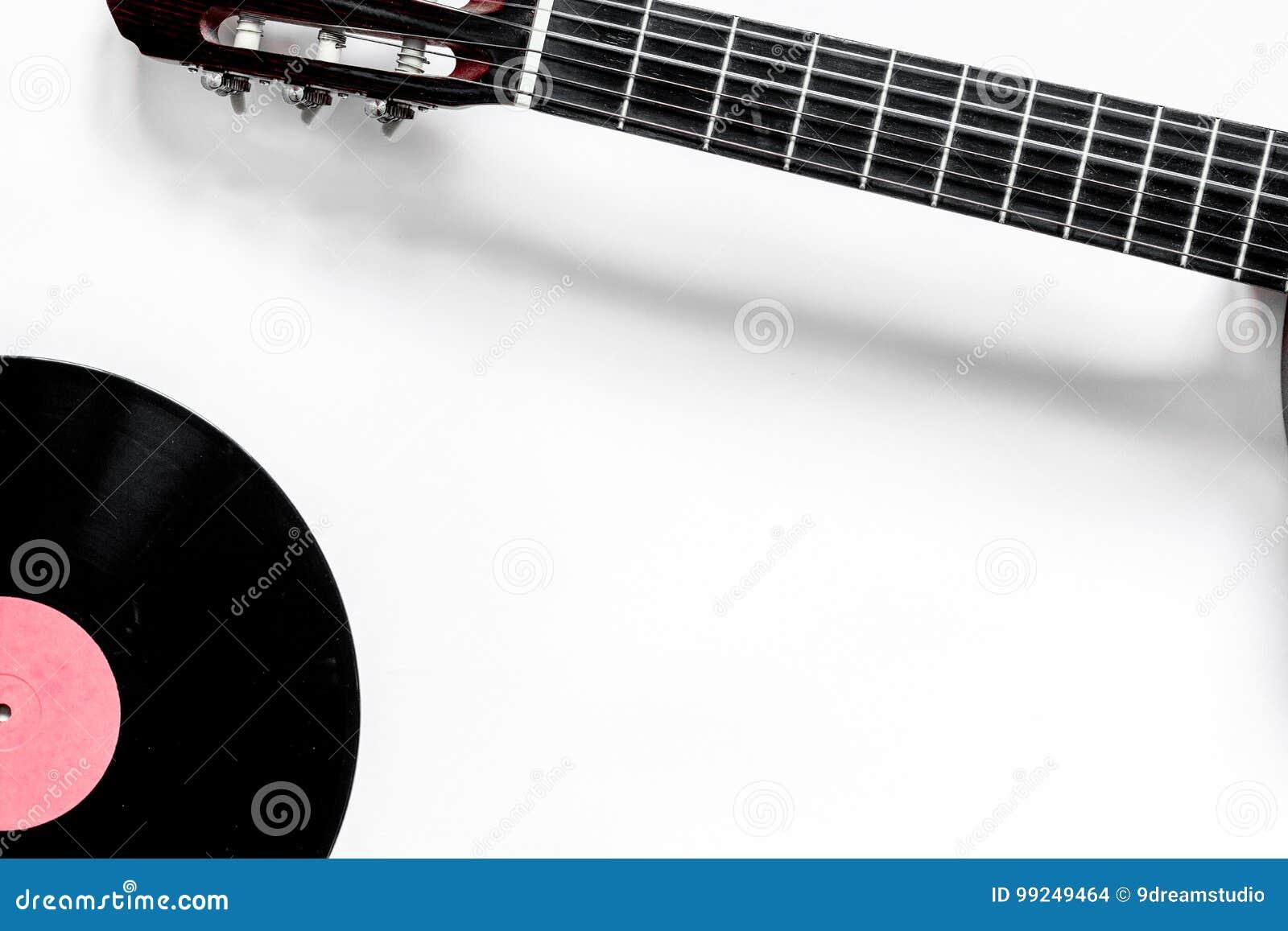 Guitare avec le disque vinyle dans le studio de musique pour la