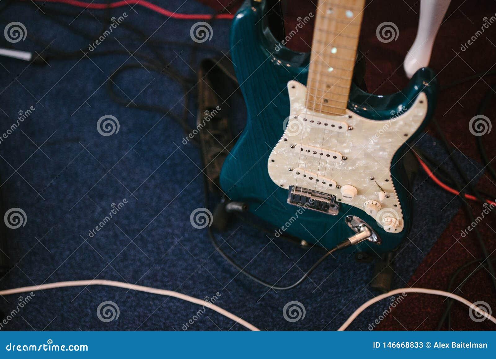 Guitare basse électrique se tenant à l intérieur étroite