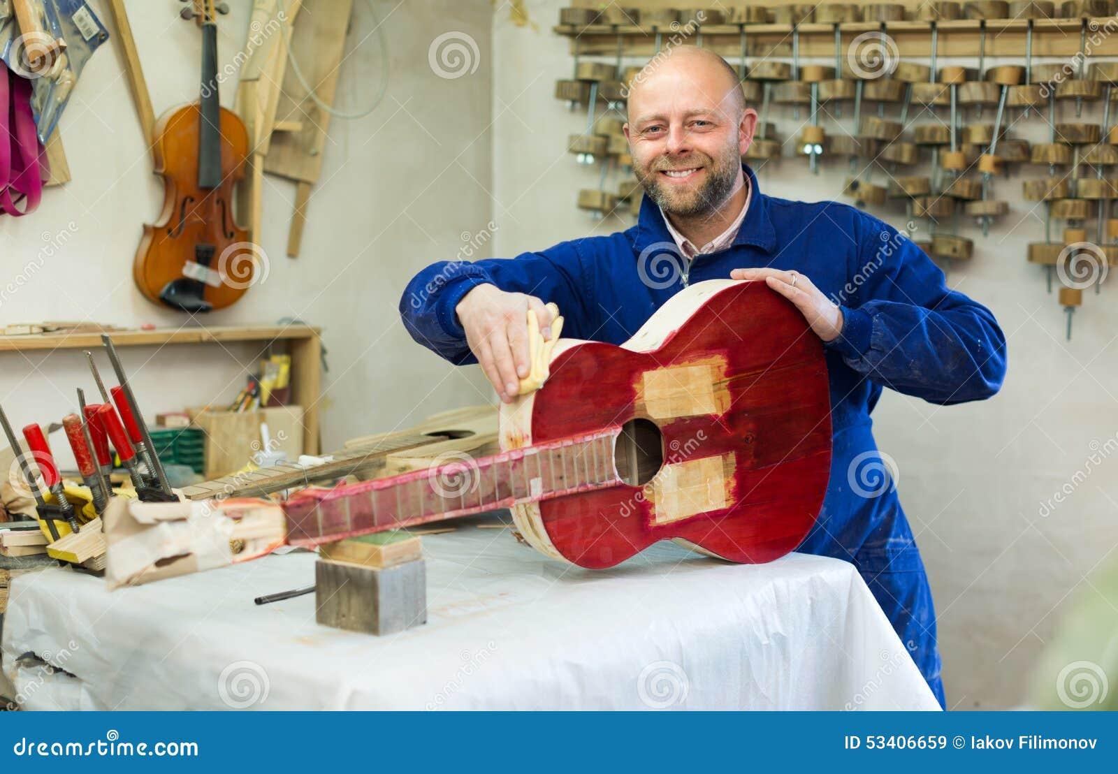 Guitare-fabricant à l atelier