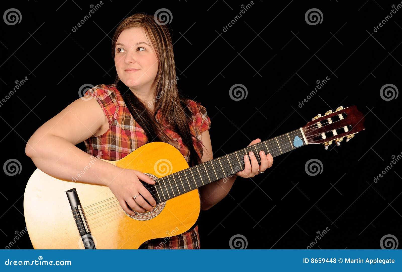 Guitare jouant la femme