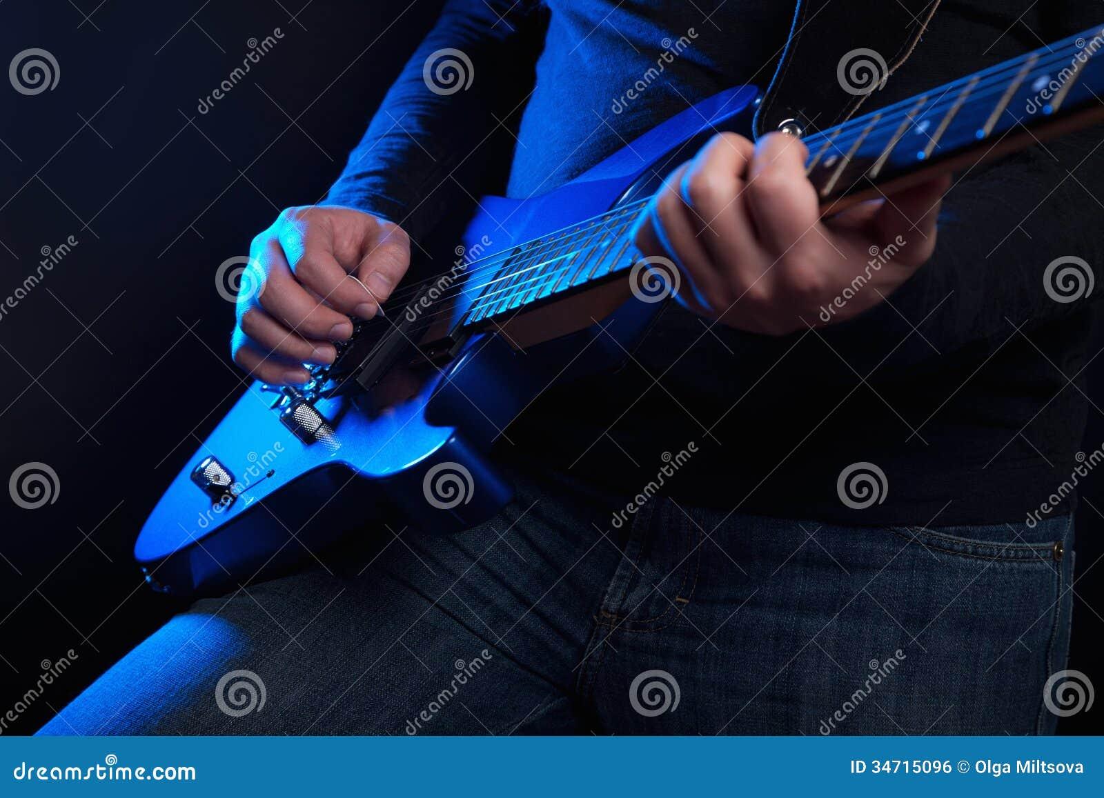 Guitariste de roche avec la guitare bleue