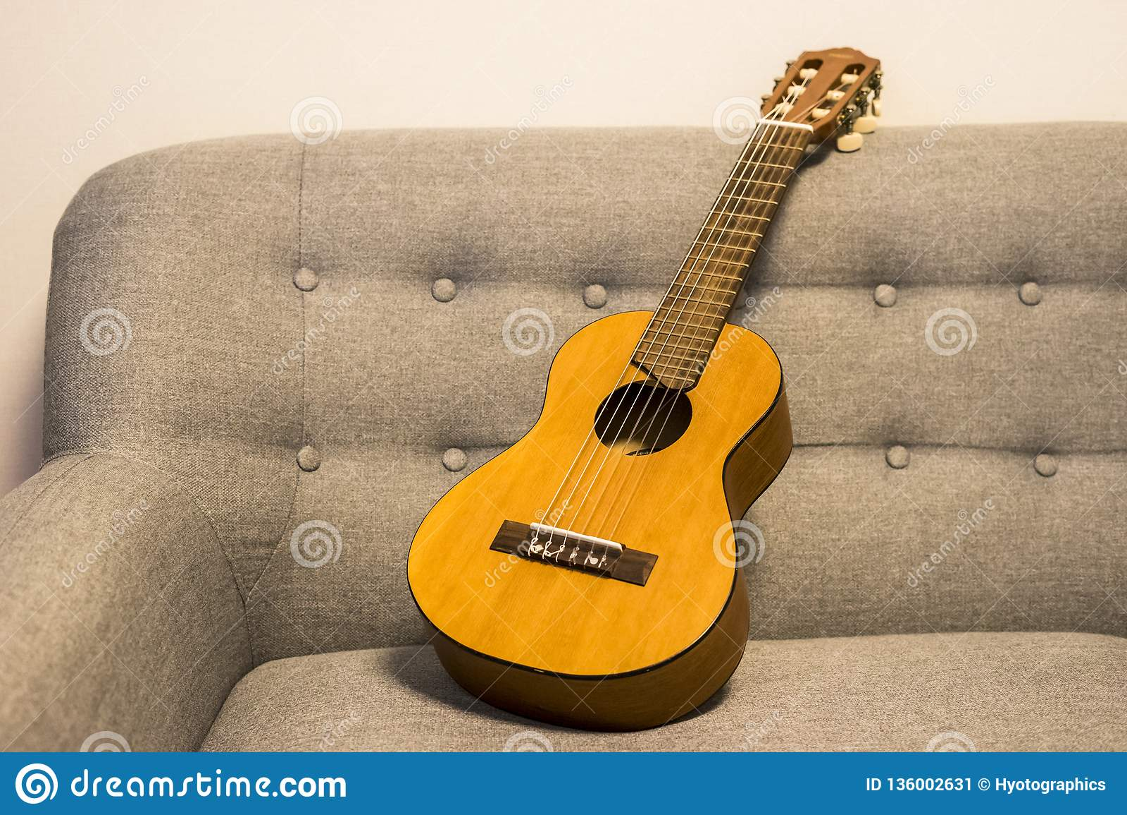 Guitarlele sul sofà