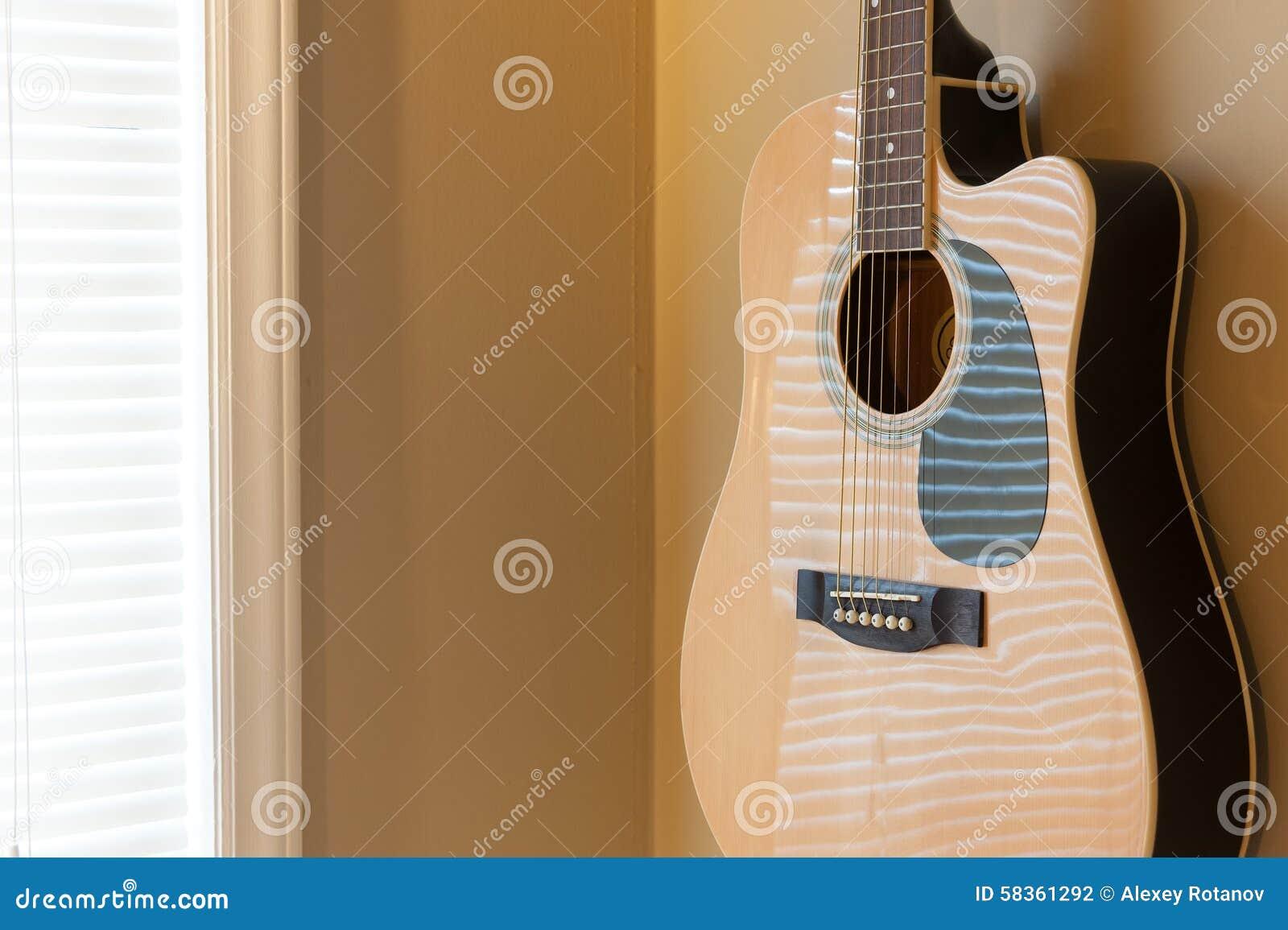 Guitarra acústica que pendura na parede