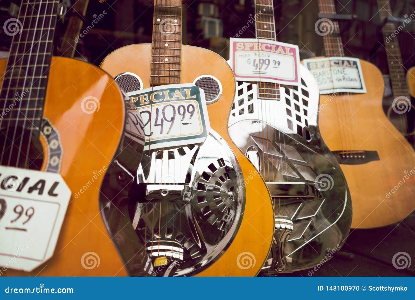 Guitarra acústicas na exposição na janela da loja