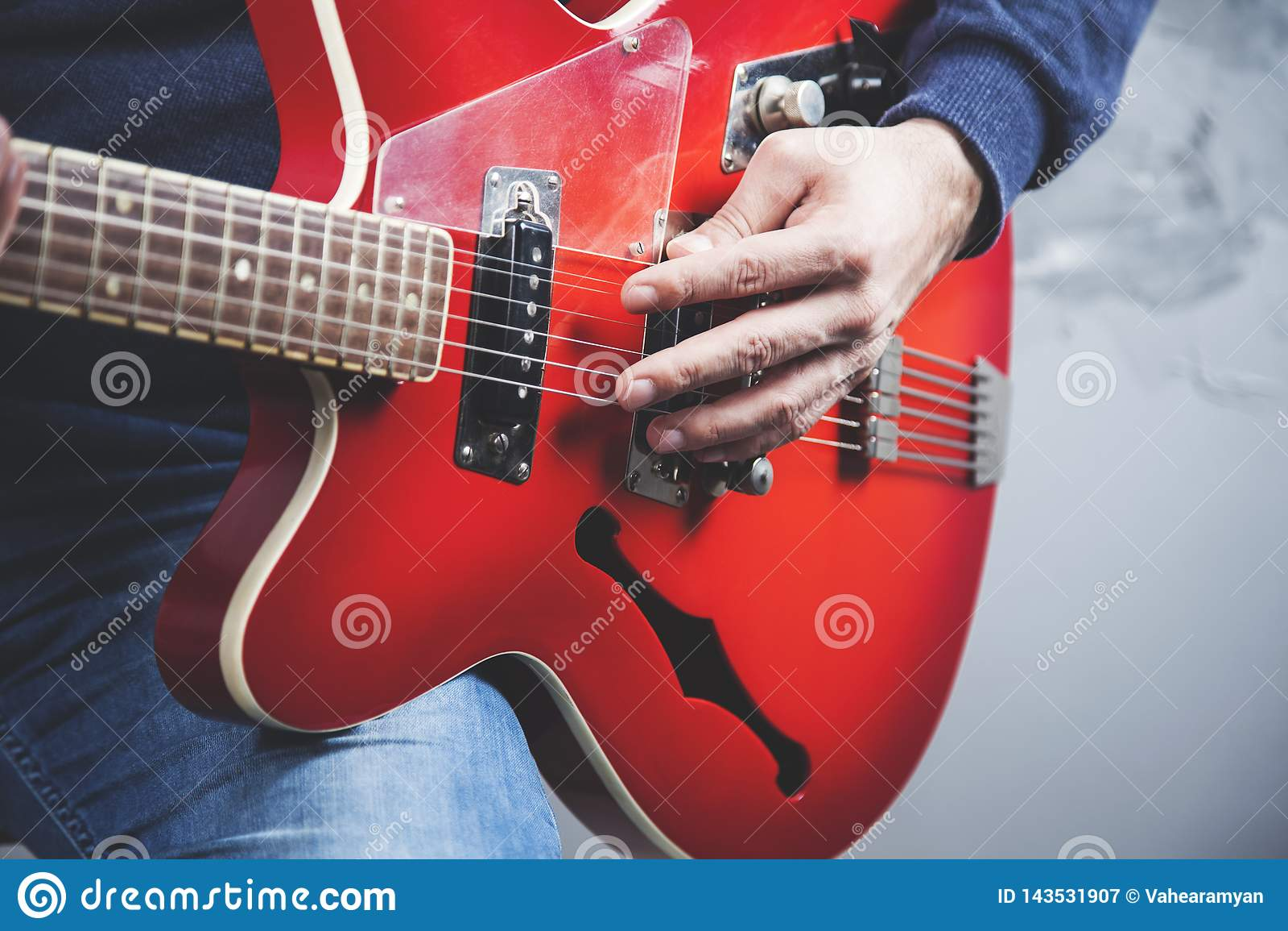 Guitarra de la mano del hombre