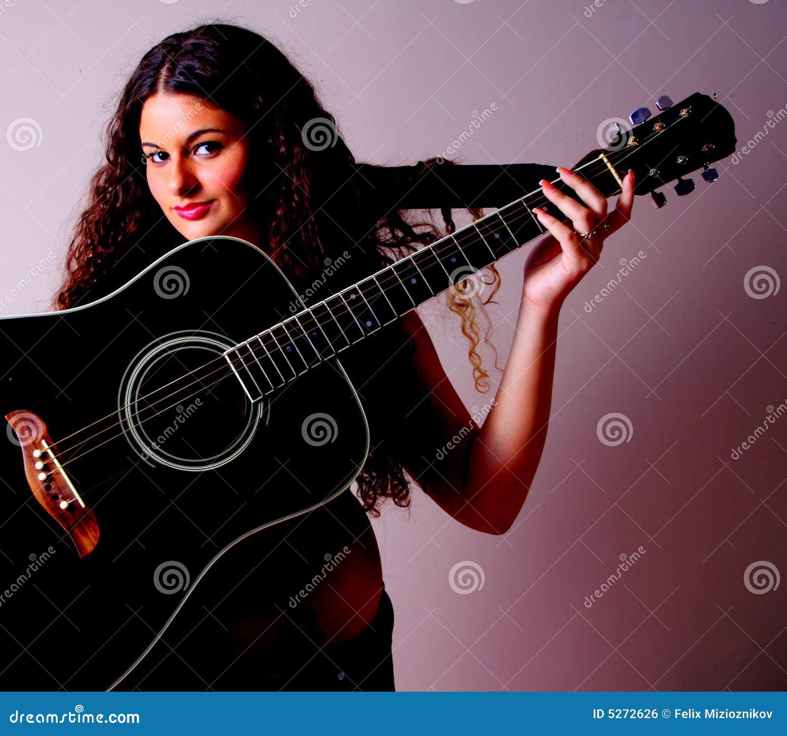Guitarra en una mujer