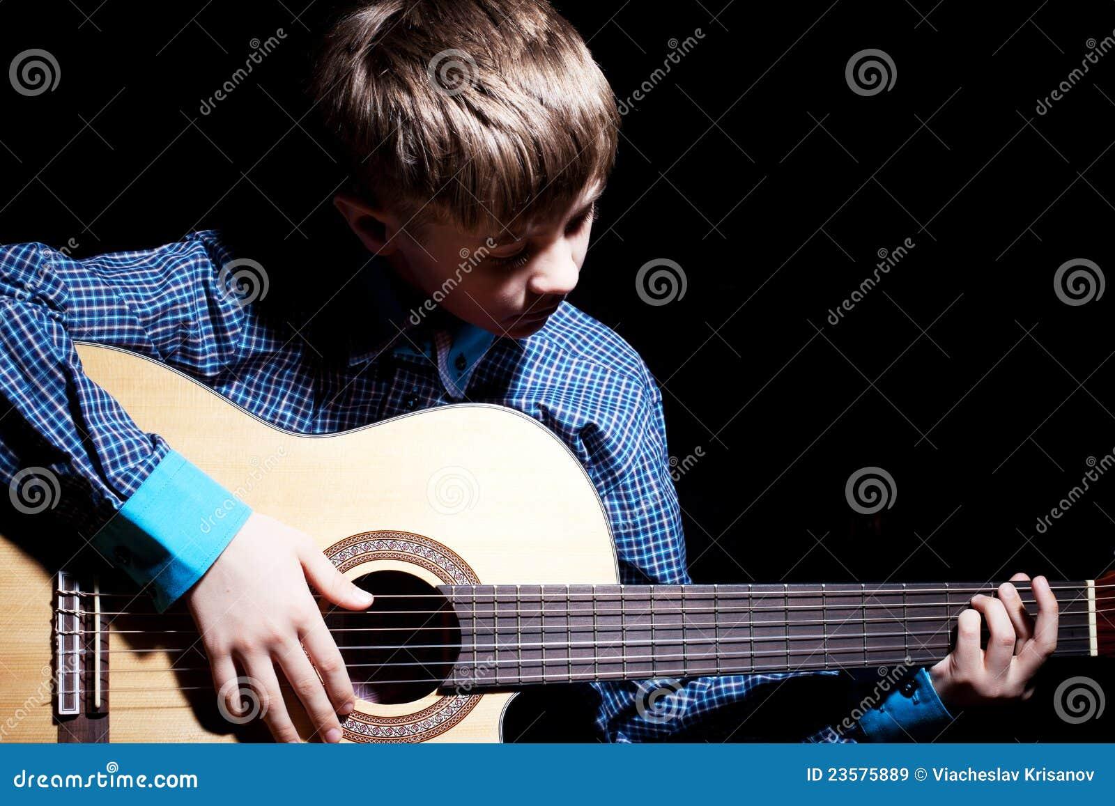 Guitarra joven de la explotación agrícola del muchacho