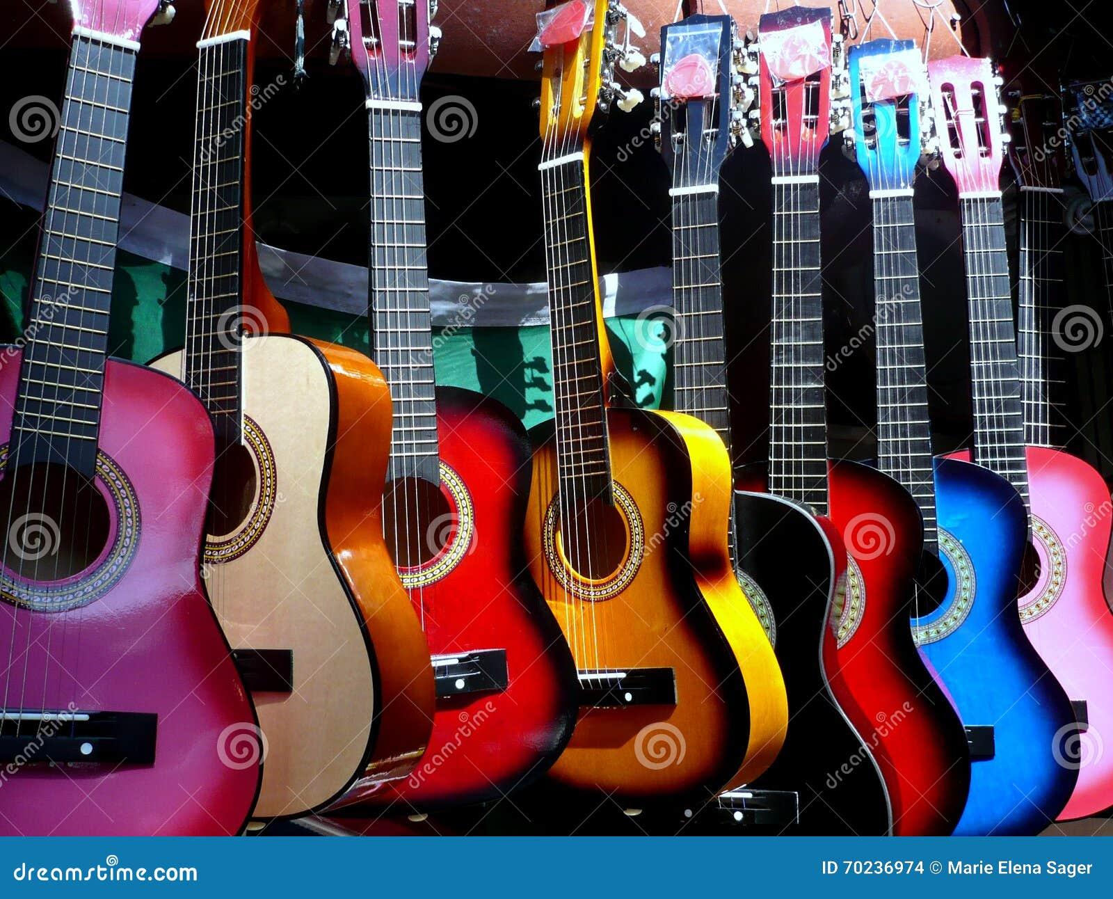 Guitarras coloridas en la exhibición