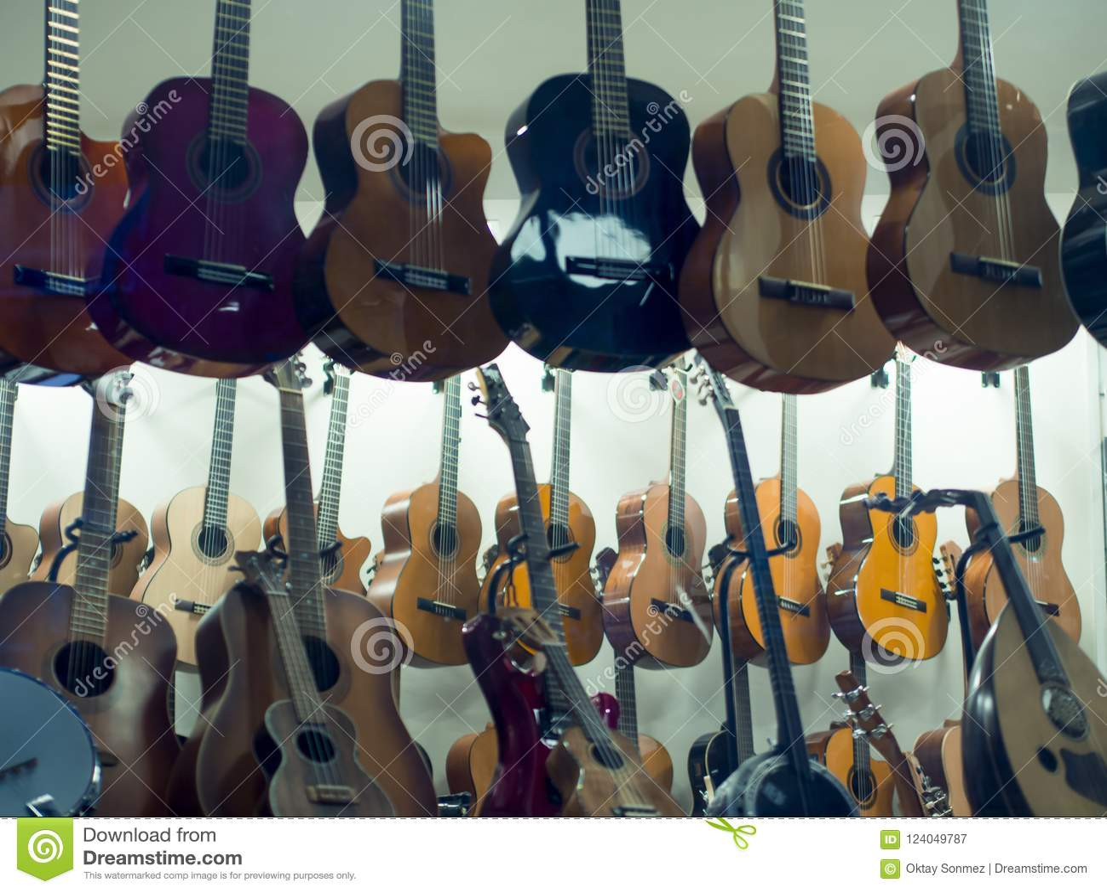 Guitarras de la ejecución para la venta en tienda de la música