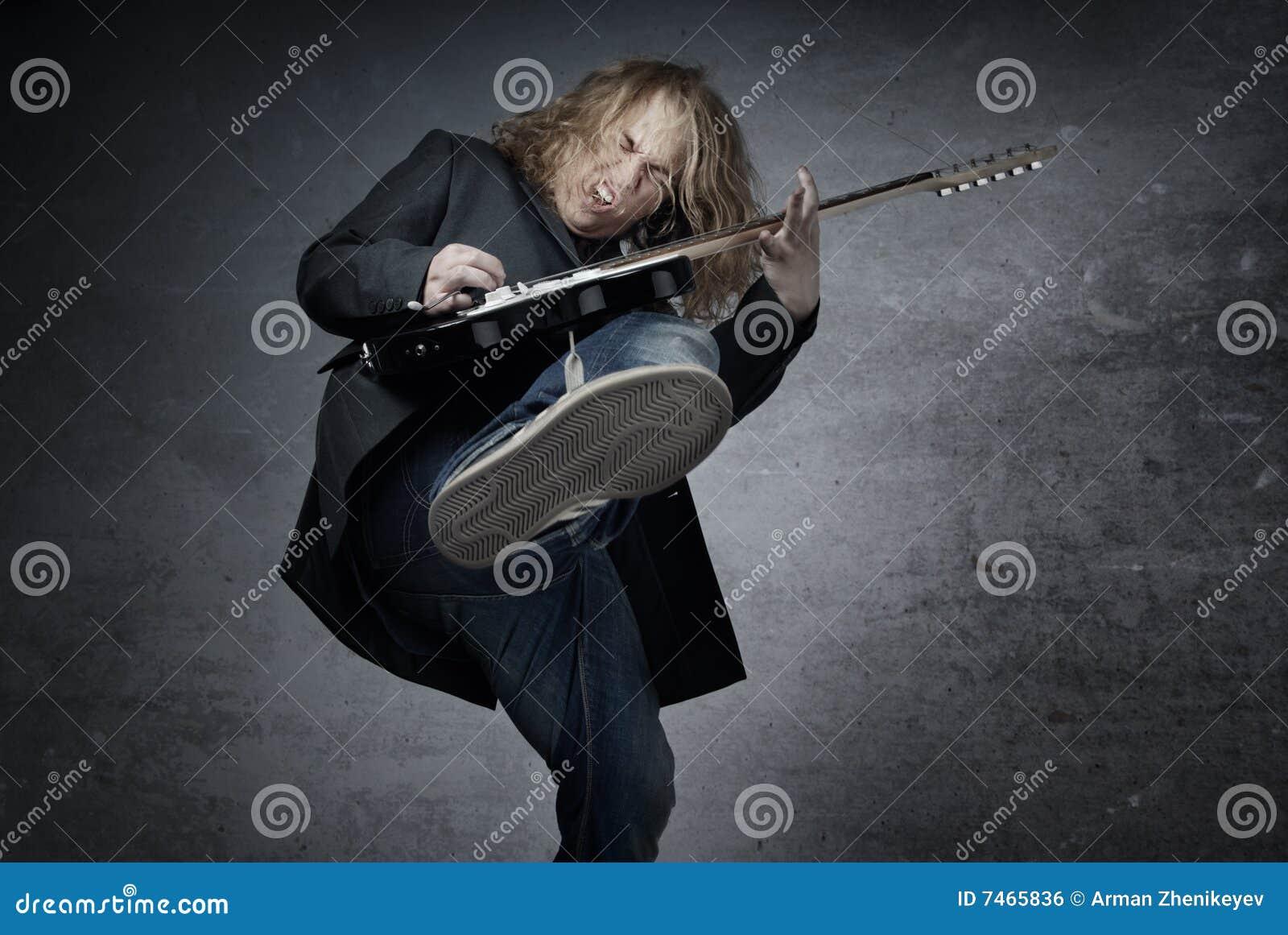 Guitarrista de salto de la roca