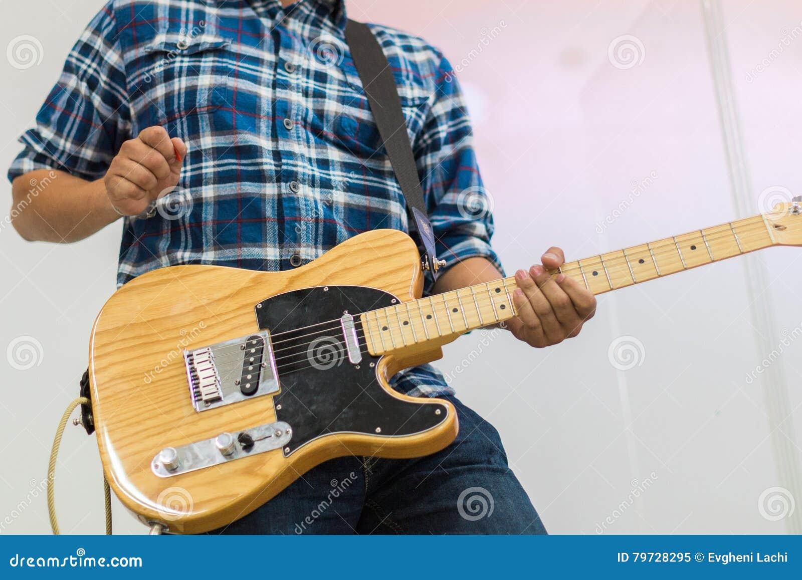 Guitarrista del hombre en telecaster de la guitarra eléctrica