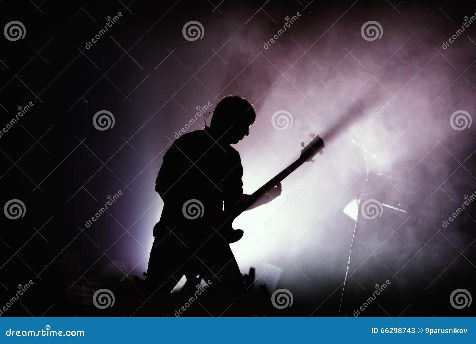 Guitarrista en el concierto de rock