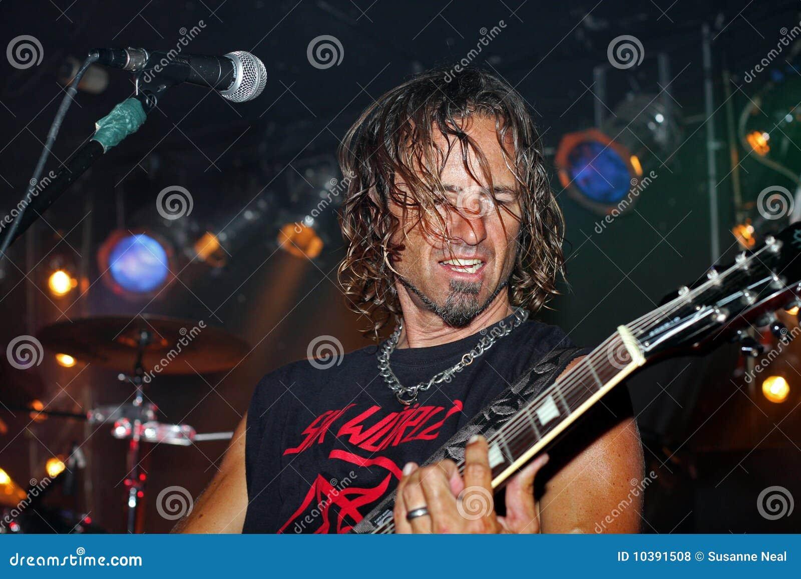 Guitarrista que joga em uma faixa