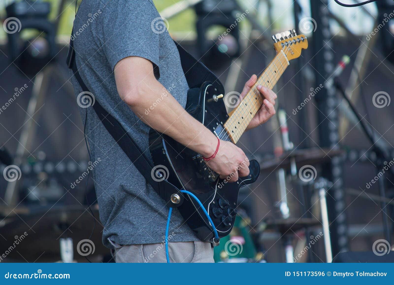 Guitarristas elétricos em executar a fase durante o jogo só