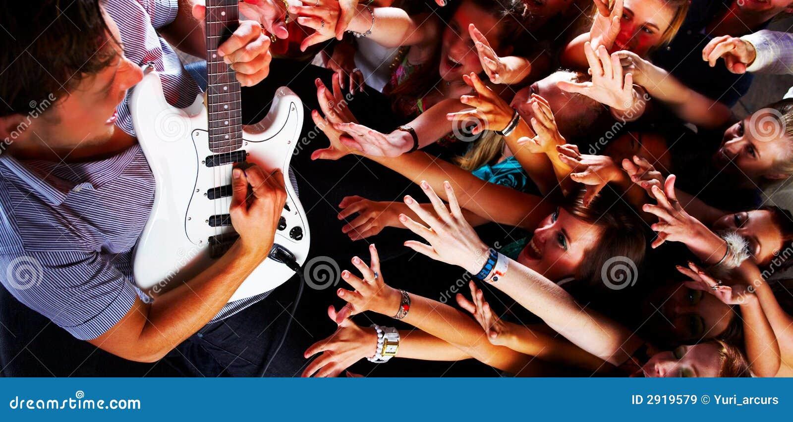 Guitarsolo em um concerto de rocha